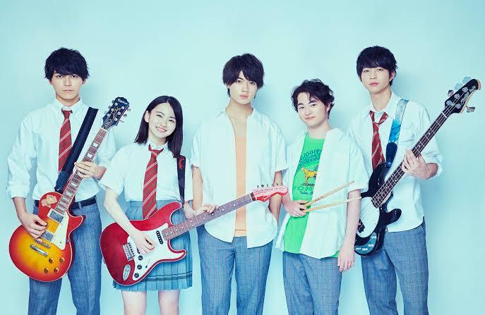 小さな恋のうたバンドで、山田杏奈さんが使用している赤と白のエレキギターはなんというものでしょうか。 有識者の方よろしくお願いいたします。