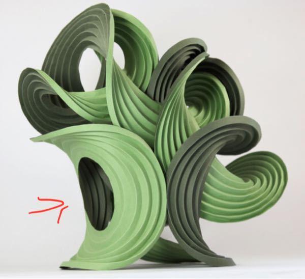 至急回答して頂けれたら助かります! 紙立体を作ろうと思っていて、写真のように折り目をつけても上手く折れません! どのようなやり方なのか分かりやすく教えて頂けたいです。