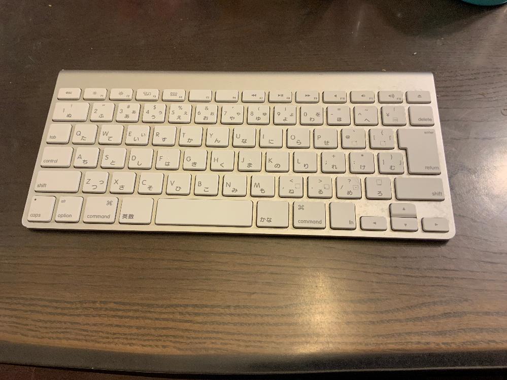 Appleのキーボードについてなんですが、繋げ方が分かりません。 右側に電源ボタンがあるのですが、長押ししても反応しません。また、左側に電池を入れるところがあって、電池を入れても反応しません。 貰い物の古めのキーボードなので機種もわかりません。