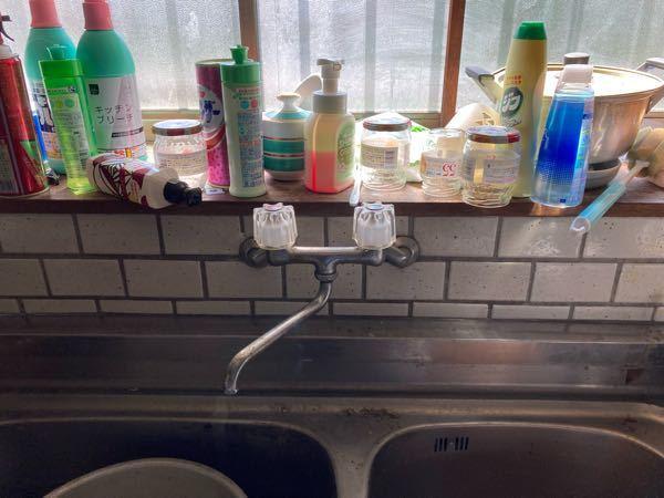 混合栓のクランクが水漏れが酷く、素人で新しい混合栓を買って交換しようとしても、びくとも根元のクランクが動かず、もうこれは一万円近く払い、業者を呼ぶべきですかね? 無理にやり、壁の中の配管を破損させたら大変な事になるから。