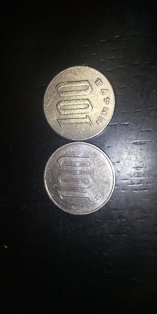 右の100円玉は枠が少し薄いのですが擦れたり下からこうなったのでしょうか?
