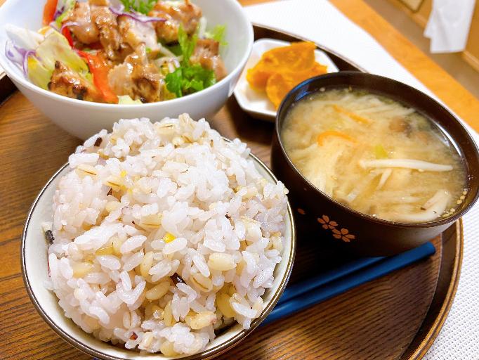 オイラの晩御飯、、なんか米のせいかお盆のせいか昭和感ない?笑 インスタやってないけどインスタ映えする?笑