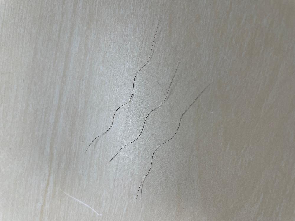 今までストレートの髪質だったのに、毛先を中心にこのうねうね毛が出てくるようになってしまって、、 こういう時のヘアオイルとかはうねり用とかを選んだ方がいいですか? それとも縮毛とかしないとなおならいですかね…? おすすめのヘアケアなど教えて頂きたいです