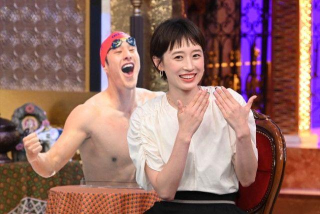 東京五輪の最中の日本テレビの番組「今夜くらべてみました」だったんですが字幕スーパーが何とも皮肉だったでしょうかね? 7月28日は有名人の奥様って感じだったでしょうかね? その中には馬淵優佳元選手の姿があったんですが彼女の字幕スーパーは「金メダルが有力な瀬戸大也の妻」って紹介されてて 肝心の旦那はと言うと2つのレースに出たがどちらも予選脱落してしまい 3つ目のレースはギリギリで予選通過したとの事で 前日に日本テレビの五輪特番で明石家さんまさんは成果が出ない大也に「奥さんの胸に飛び込め」って言ったらしいが実際は大也は別の女性の胸に飛び込んで大騒がせなワケで