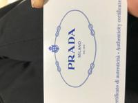 ブランド物にお詳しい方よろしければご回答の方よろしくお願い致します。 先日フリマアプリで購入したプラダのバッグについておりましたギャランティカードなのですが、文字ロゴの色味が明るく青色です。prada別の鞄のギャランティカードは紺色?っぽい感じなのですが、偽物でしょうか?  ちなみにフリマアプリで購入したものは2020年の物です。ギャランティカードは個体差出るものでしょうか?  よろ...