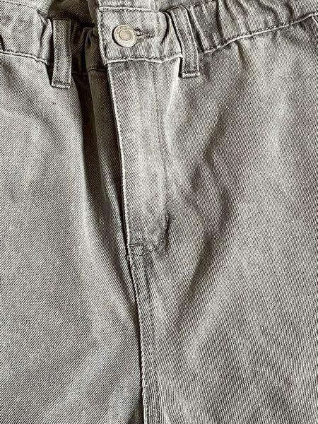 こういう色のズボンのコーデを調べたいのですが、これは何色のズボンと言いますか?なんと調べたら出てきますか?
