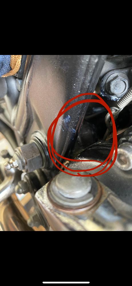 SR400 グリスアップについて。 SR400ピポッドシャフトのグリスアップの作業中ですが、うまく入りません。注入部の裏側からグリスが漏れ、完全に入りきらず溢れ出てしまいます。(画像参照) これは手前の22ミリのボルトを閉めるだけでいいのでしょうか?