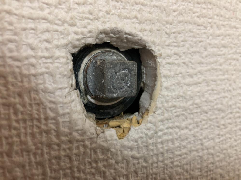止水栓の開栓工具 中古住宅に住んでいます。以前使っていた人が止めていた水道を復帰させたいのですが、 この止水栓を開ける工具は何を使えばいいのでしょうか?先が四角い形です。