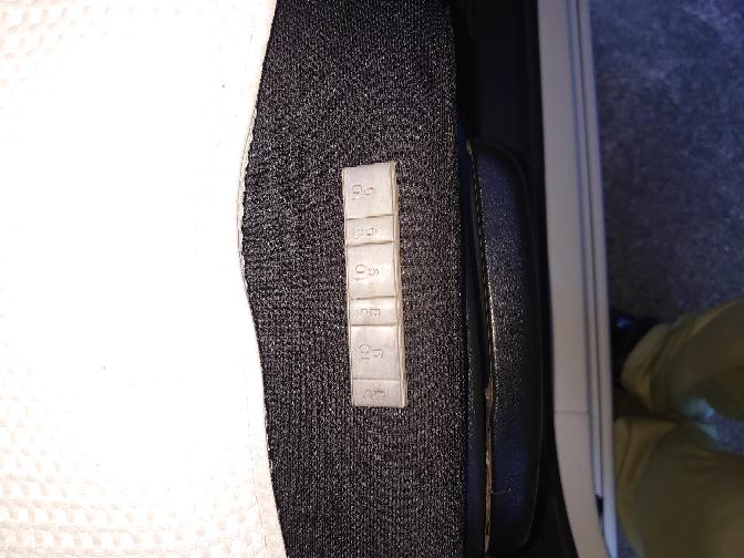 車のホイールに貼ってある、バランスをとる鉛がとれてしまいました(-_-) 車屋に持って行って張り直してもらったほうがいいのですか?
