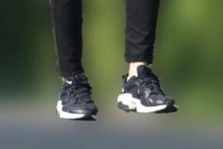 このNIKEスニーカーの種類がわかる方いますか? 画像が粗すぎて申し訳ないのですが… メンズかレディースかも不明です。 こういうゴツめの黒いスニーカーを探していたのでぜひ知りたいです。 よろしくお願いします。