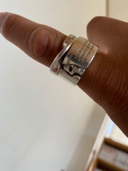 ドクターモンローの指輪なんですがドクロの横に傷?のようなものがあります。重曹を使う綺麗にするやり方をしていたらいつの間にかついていました。どうやってとれますか?水で洗ってもとれませんでした。シルバーで す