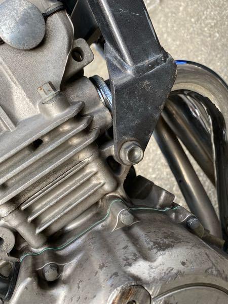 ホーネットのエンジンを支えているボルト(黒いフレームと繋ぐ)の左側がなくなってしまいました。右もサイズが違うのかグラグラしています。 わかる方サイズを教えて欲しいです。