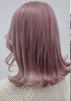 高校生1年女子です。 今日コンビニでアルバイトの面接を受けてきました。 私は髪の毛を染めたいと思ってるので店長さんにヘアカラーの決まりなどあれば教えて欲しいですと質問したら、「お客さんに悪い印象与えないくらいだったら大丈夫」と言われたのですがどのくらいまで染めれると思いますか? ハイトーンのピンクや紫などは悪い印象を与えてしまうのでしょうか? 画像のようなカラーはアウトですかね? 髪色が明るい店員さんを見た時の印象など教えて欲しいです。