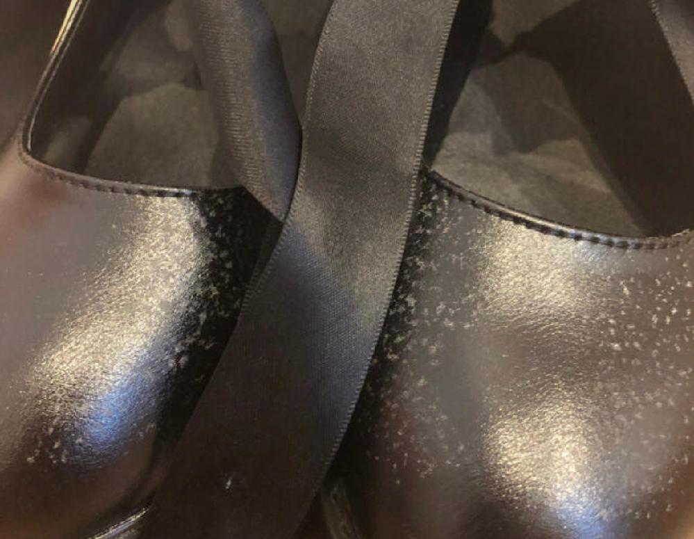 このような革靴の白い汚れを落とす方法はありますか? BUBBLESの靴です。