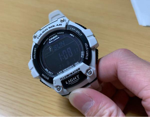 高校生がオールホワイトのワントーンコーデにこの時計をつけていたらどう思いますか?着けるのと着けないのとでどっちがファッション的によいでしょうか?