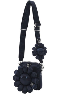 PORTER(ポーター)×村上隆のカイカイキキのバッグを買おうと思っています。  ショルダーバッグがほしいのですが、メルカリ相場は約10万、ラクマ相場は約5万です。 これって、偽物とかも出回っているのでしょうか?教えて頂けましたら幸いです。