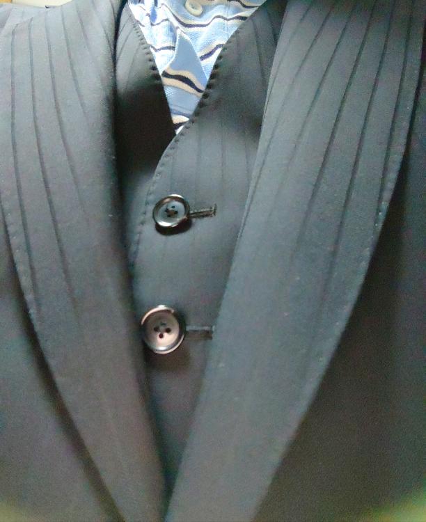 親戚の結婚式だとこのスーツはアウトですかね? 黒に近いダークネイビーのシャドーストライプです。(当日はもちろん白シャツにします。) 礼服は痩せてブカブカ状態で、只今減量中。もう少し痩せてから礼服はオーダーしようかと 親戚の19歳の子が結婚するらしく、都内や神奈川県の高齢者の親戚を代表して、私(30代男)が出席する予定です。 コロナもあって、式典には不参加で旦那さんのご実家がイタリアンレストラン、そこで二次会のようにやるようです。 それに参加しようと画策してますが、式典にもと言われる可能性は十分あります。また長居はしません。 法事のときに、お小遣いを2回ぐらい上げた程度なんですけど、やっぱり、、、礼服ですかね?