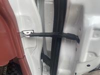 自動車のこの部品名が知りたいです。 運転席のドアの二つあるヒンジの中央にある黒い物体です。ドアマン?でしょうか?  車種はダイハツのミラです。 これが引っ込まなくなって先日突然ドアが閉まらなくなりました。