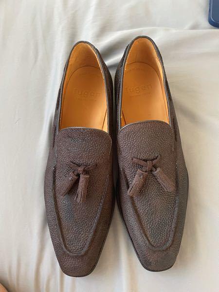 革靴好きの方に質問です。 この靴の手入れをどうしようか困ってます。牛革の型押しなんですが革の凹凸でクリームが上手く馴染みませんので協力お願いします。 とりあえずやったことは普通の革靴の手入れ通りで 馬毛ブラシ→クリーム塗り→豚毛ブラシ→馬毛ブラシでやってみてもよく見れば分かる通りクリームを付けた所だけ黒くなってしまって馴染みません。クリームの色はサフィールのCREMEニュートラルです。