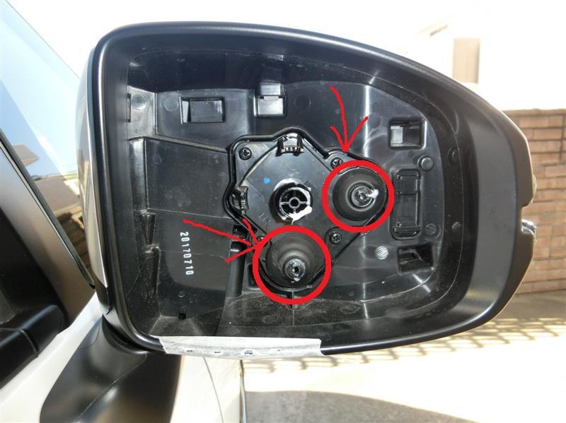 ホンダFITのドアミラー内ゴムブーツの破損 FIT(GP5)のドアミラーのミラー部を交換するときに、 画像の箇所にあるゴムを2つ破ってしまいました。 防水のためのゴムだと思いますが、 破損したままでは、やはり問題あるでしょうか? ミラー部を取り外すときに、ゴム自体はミラー本体に残り、 白いピンに引っ掛かっている部分だけが、ミラー側にちぎれて 付いてきてしまった形です。 このパーツの型番を知りたいのですが、 分かりますでしょうか?