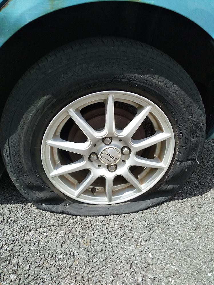 車のタイヤがパンクしてしまったのですが、タイヤの修理できるお店まで運転して大丈夫でしょうが? JAFなど呼んだほうがいいでしょうか?