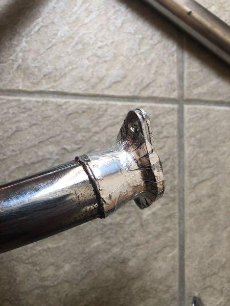 バイクのマフラーの穴補修についてです。 エキパイのエンジン部分に穴が開きました。 本来は良くないということはわかってるのですが、パテを塗って穴を塞ぎ、その上からアルミテープを巻き、補強しました。 現状は写真の通りです。 この状態から、さらにアルミテープの上からパテを塗るか塗らないかを迷っています。 どちらが良いのか教えて頂けますと幸いです。 また、これから1年程この後マフラーは使う予定です。 何かございましたら、お申し付けください。