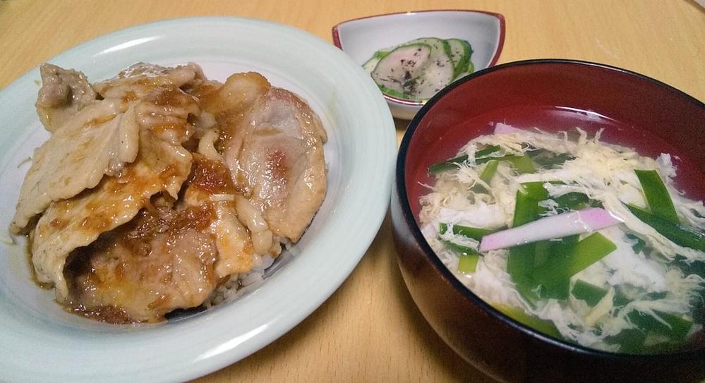独り暮らし男性の晩御飯。 めんどくさいから米の上にのせて丼にしがち。 生姜焼き丼、、あり?(キャベツ買い忘れたんや、、)