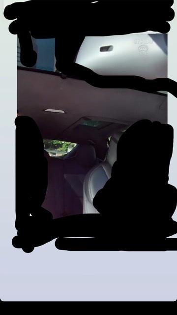 こちらの後部座席の変わったガラスルーフの車は、なんて言う車ですか? 宜しくお願いします。