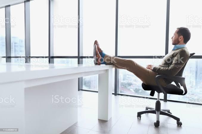 よく欧米人が机の上に足をのせてるシーンがあります。 あれって、辛い態勢な気がするのですが、 なぜあんな辛い態勢を取りたがるのでしょうか? 何かおまじない的な意味でもあるんでしょうか?
