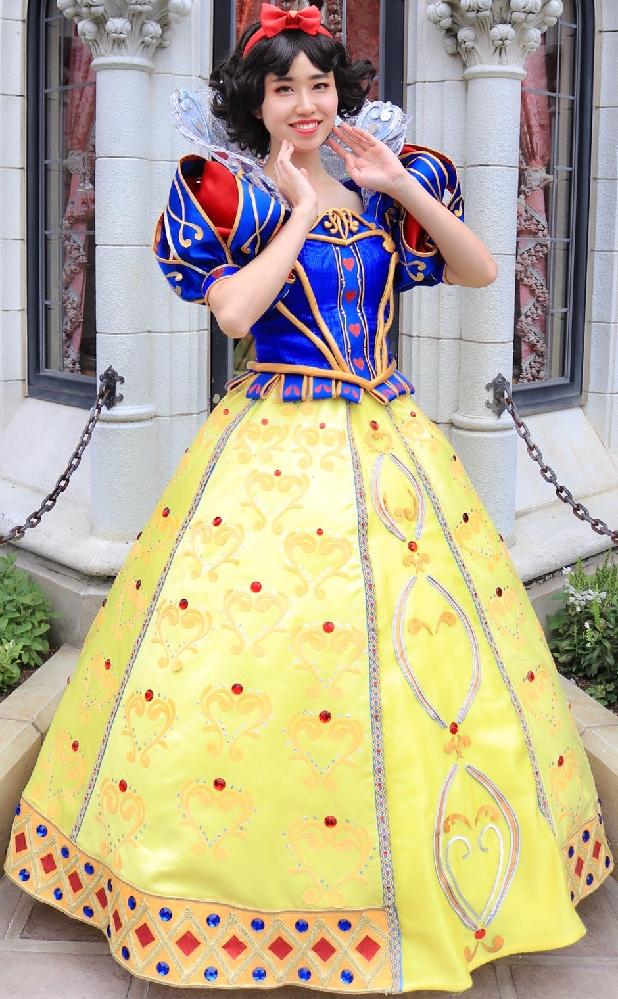 この白雪姫の仮装をした女性のドレスのスカートの中はどうなっている? . この画像は白雪姫の仮装をした女性ですが、見てもらってわかる様に、この女性のドレスはスカート部分にフワッと大きく膨らんだボリュームのある、まさに西洋のプリンセスといった感じのデザインをしていますよね。 そこで、 もし、この白雪姫の仮装をした女性のドレスのスカートの中に潜り込み、真下から上を見上げたら、どうなっているでしょうか? 妄想で考えてみてください。