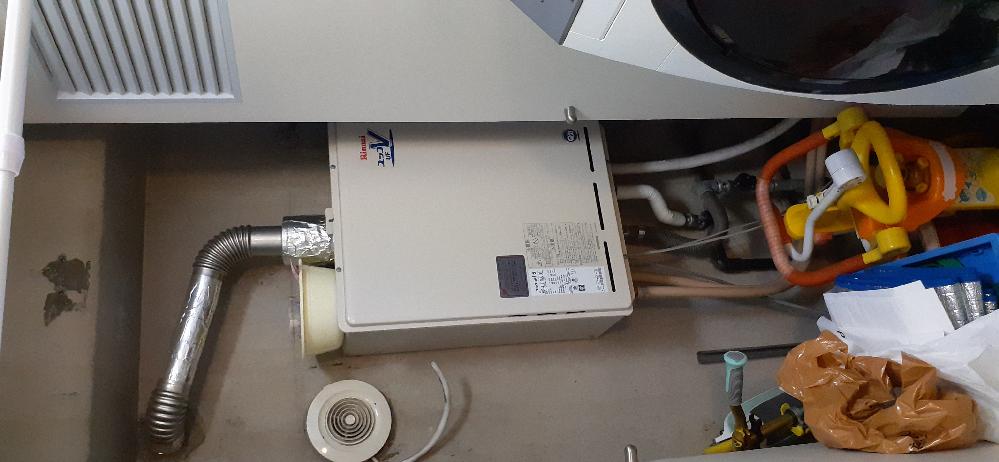 屋内PSに設置されたガス給湯器について、リノベーション中古マンションに入居しております。 入居前に給湯器も取り替えされました。その後、当方が入居し、エラーコードが出ながらも使えてたので、しようし...