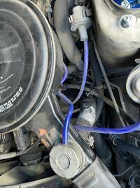 サニートラックのエアクリーナーからエンジンにいってる太い蛇腹のアルミホース?が割れているのですが、エアコンを付けるとアイドリングが下がるのと関係があるんでしょうか? アルミテープみたいなの貼ってあるホースです。  よろしくお願い致します。