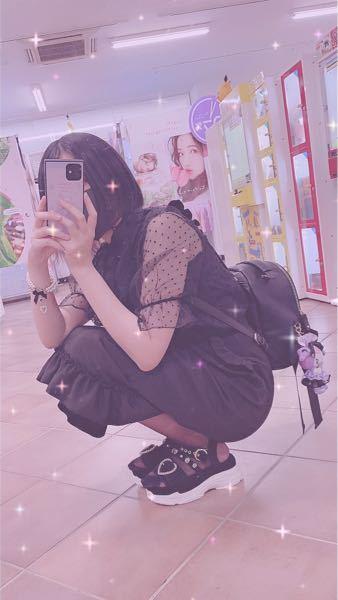 根っからの地雷女子で全身黒の服を着るのが大好きです。 でも男の人は地雷系が苦手って方が多いですよね。 でも絶対に黒以外の服は着たくなくて…。 黒で若干地雷味もあって男性ウケする格好教えてほしいです ↓↓↓いつもこんな格好してます