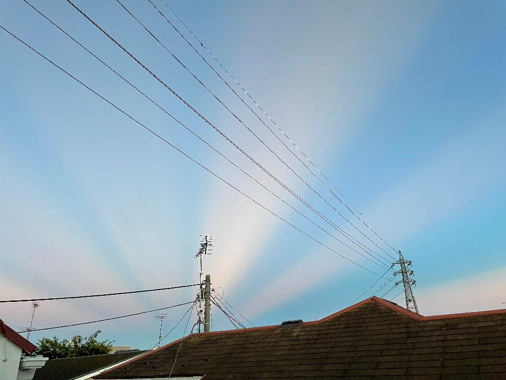 8月4日、18:55、東京西多摩地域(瑞穂町、羽村市、福生市、あきる野市) 辺りで見えた空。方角は東。 良く晴れていて、反対側の西の空には夕日を隠す様に大きな雲がありました。 これは何と言う現象...