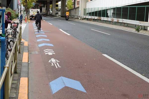 自転車専用通行帯がある場合に、車が停車するときは、その通行帯に入ってはいけませんよね? 画像出典(https://kuruma-news.jp/post/119454/2)