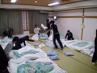 大喜利   修学旅行のホテルでやる三大行事 枕投げ、他の部屋に乱入、あと一つは?