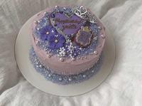 このようなケーキを作りたいのですが、この場合どう注文すればいいと思いますか?上のアイシングクッキーなどはこのようなデザインでオーダーすればいいと分かるのですが、下のキラキラ? 部分が何でできているかわかりません。どなたか教えてください。