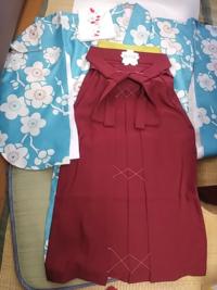 ものすごく安い呉服屋に行きました。 着物+袴で9800円です。 襟と帯は合わせて3000円ぐらいです。 その他のアイテムは後で買います。  成人式の振袖も同じお店で買うそうです。  安すぎて嫌なんですけどどう思いますか?