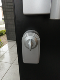 玄関ドア電気施錠で、防犯サムターンだけ開け締めできません。 ツマミを手で回させば施錠、解錠可能なのですが。  リモコン(キーガルタイプ)で施錠すると、防犯サムターンのツマミがガガガァと途中で止まり、施錠できません。。 詳しい方いますか?