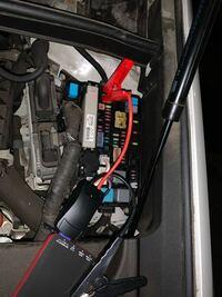 バッテリーが上がった車が動かない誰か助けて、ジャンプスターターを繋ぐプラス端子はここであってますか?全く反応がないんですが