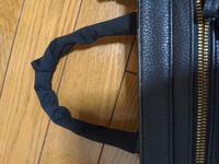 持ち手カバー制作時、カーブのシワを和らげる方法はありますか? 普通に包むとシワができます。 ちなみに、使用した布は伸縮性があり縦横斜めによく伸びます。 条件は、持ち手が取り外せないので巻き付けながらの手縫いになることと、よくある上部を保護する短い持ち手カバーでなく、持ち手全体を包みたいです。