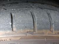 車のタイヤの交換時期について 画像のタイヤの状態であればもう交換時期でしょうか? 車種はインプレッサスポーツで、タイヤはブリジストンのポテンザ、製造年月は19年4月だと思います。 画像は前輪で、後輪にはこのようなヒビ割れはありませんでした。
