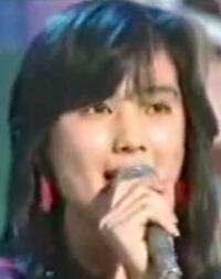 【昭和の時代】 この画像の歌手の名&歌っている曲を、答えてね!    最初に正解した方を必ず後日BAにいたしますどすます。 チップ250枚