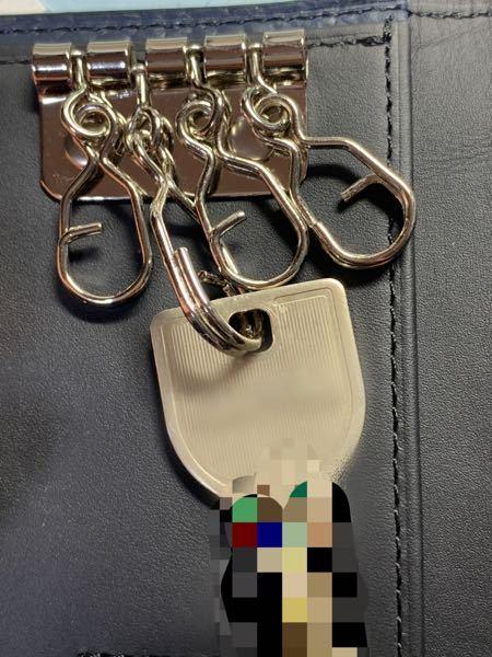 キーケースに付ける鍵の付け方について至急回答願います! 鍵を取り付けたのですが鍵を平にすると金具が縦に向き、金具を平にすると鍵がつっかえて蓋が閉まりません。 この形の金具ってどう付けるのが正解ですか?
