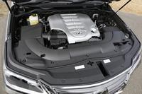 昔の車と比べてエンジンルーム内がプラ製のカバーでほとんど覆われるるのは何故?
