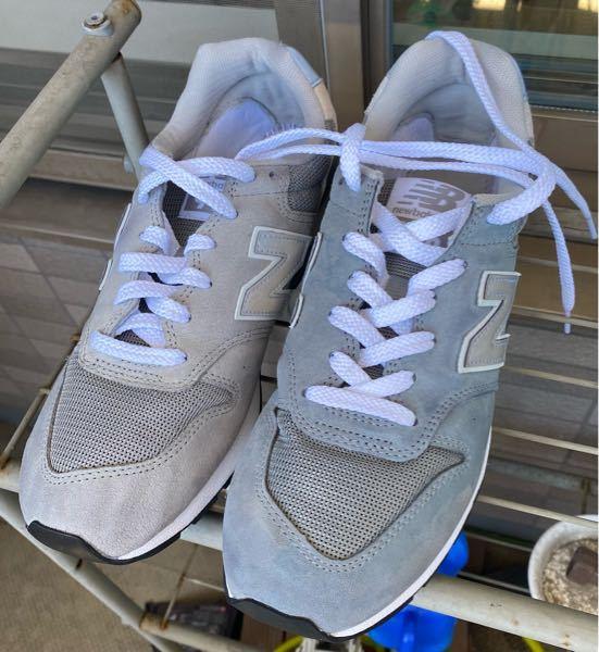ニューバランスの996という靴を洗ったら写真のように片方だけ妙に青く変色しちゃいました… これはどうしてなのですか? 貰い物でとても気に入ってた靴なのでどうしても元に戻したいです。 何かいい方法はありますか?