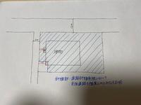 一級建築士製図試験の道路斜線制限について質問です。  画像のような敷地で、青の斜線部は道路斜線制限において全面道路を幅員12mの道路とみなす区域です。 建物の西側には図のように屋外階段があります。  西側の5mの幅員の道路で道路斜線制限の計算をしなければならない、敷地南西角の区域に入っている建物の部分(赤斜線部)の道路斜線制限を計算する場合、セットバックの距離は2.5mですか?それと...
