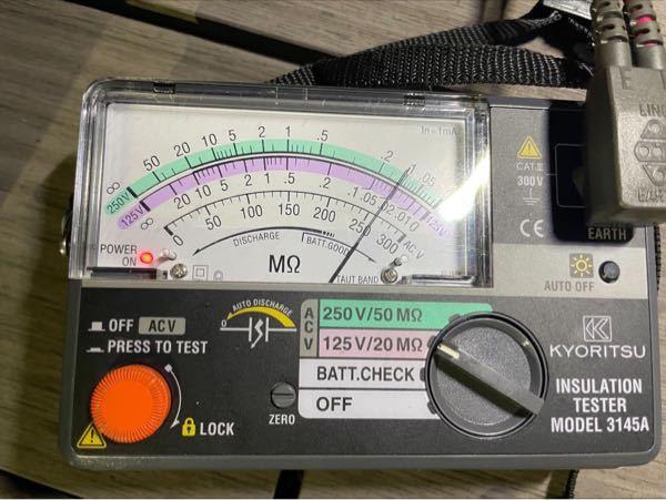 【至急】電気屋です。 とある商業施設の電飾の、絶縁抵抗値を測定したところ、添付のような結果が出ました。(100V) この結果が何を意味するのか全く分からず教えてください。 入社したばかりで、何も分からず、上司に結果をまとめろと言われています、、