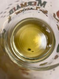 18時頃常温保存しておいたペットボトルのお茶を初めて開栓しコップに入れて飲みました。200ミリくらい入るコップ2/3程度飲みました。賞味期限2021/11と印字してあります。 飲んでる時は何も気づきませんでしたが、ふと見るとコップの底にマリモのような緑の沈殿物がありました。24時時点では特に異常ありませんがカビだと思うも怖いです。