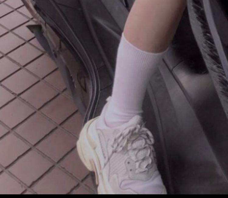 気になってるシューズがあるので、ご回答願います! かてぃさんの履かれてる白の厚底スニーカーがどのブランドのものか知りたいです。 お分かりの方は教えていただきたく思います(>人<;)